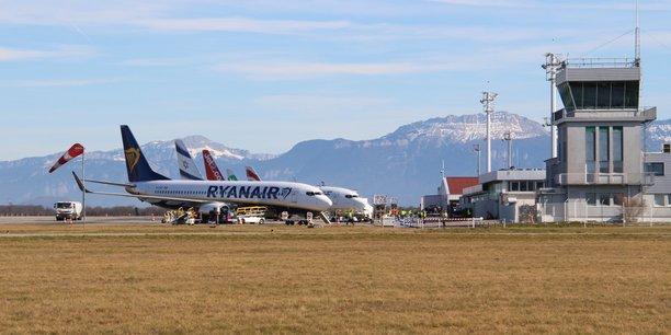 L'aéroport de Grenoble Alpes, pour l'heure transformé en vaccinodrome, propose habituellement 19 destinations, desservies par une vingtaine de compagnies et une trentaine de tour operators avec ses deux terminaux : un commercial et un pour l'aviation d'affaires.