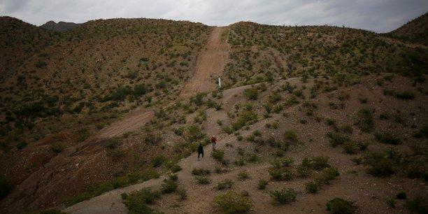 Usa: les frontieres terrestres avec canada et mexique fermees un mois de plus[reuters.com]