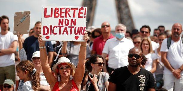 Heurts dans une manifestation a paris contre le pass sanitaire[reuters.com]