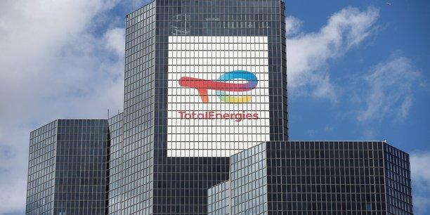 TotalEnergies a engrangé un bénéfice net de 2,2 milliards d'euros contre une perte de plus de 8 milliards un an plus tôt.