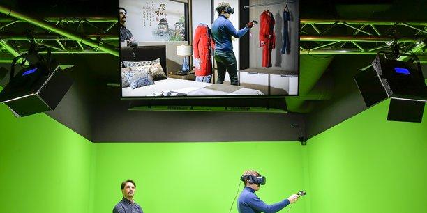 Dans le laboratoire de RetD du groupe, les chercheurs testent une boutique virtuelle en temps réel dans le cadre du projet 4.0 La mode à la demande par Lectra.