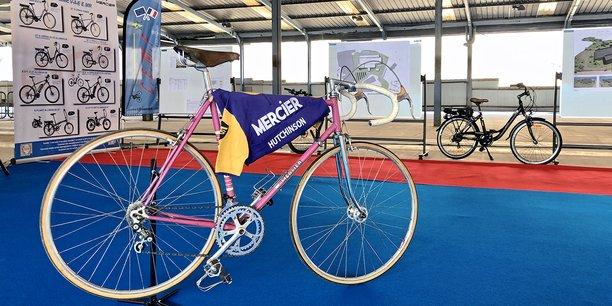 Présentation d'un ancien vélo de la marque française Mercier, à l'occasion du lancement du projet d'usine des Cycles Mercier à Revin (Ardennes) le 15 mars 2021.