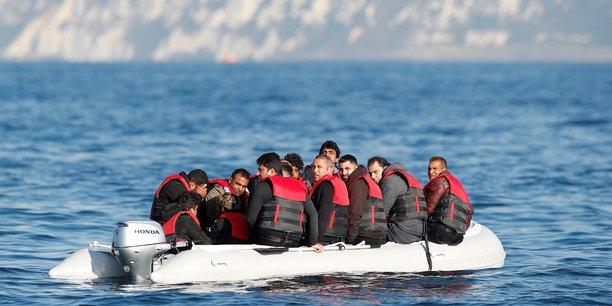 Dans la manche, les canots de migrants dejouent la surveillance policiere[reuters.com]