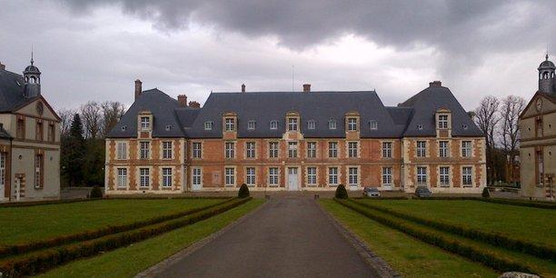 La petite commune de Thiverval-Grignon (Yvelines), opposée à la vente par l'Etat du vaste domaine de Grignon au promoteur Altarea Cogedim, a déclaré qu'elle n'entendait pas changer son plan local d'urbanisme (PLU).