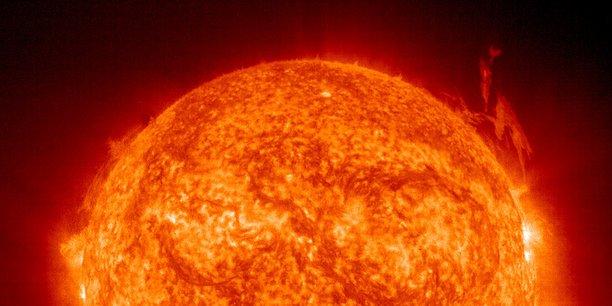 La fusion nucléaire consiste à reproduire sur terre la fusion solaire à grande échelle et à des fins civiles. Il s'agit de marier deux noyaux atomiques légers pour en créer un lourd, contrairement à la fission nucléaire qui consiste à casser les liaisons de noyaux atomiques lourds pour en récupérer l'énergie.