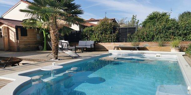 Swimmy mise sur la soif d'activités outdour des Français, renforcée par le Covid, pour continuer de déployer son offre de location de piscines entre particuliers. Autour de Lyon, une centaine de bassins invitent leurs locataires au dépaysement, comme ici à Corbas (Rhône).