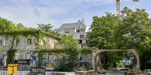 L'écosystème Darwin désormais sous la pression des bâtiments pyramides du quartier Bastide Niel, au second plan.
