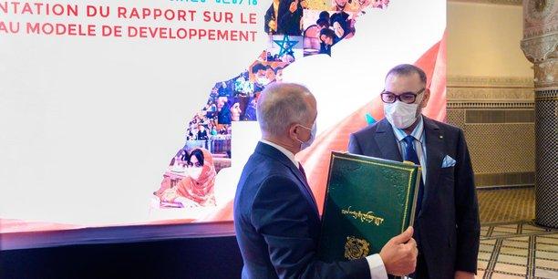 Le Roi Mohammed VI lors de la cérémonie de présentation du rapport général de la Commission spéciale sur le modèle de développement par Chakib Benmoussa, le 25 mai 2021.
