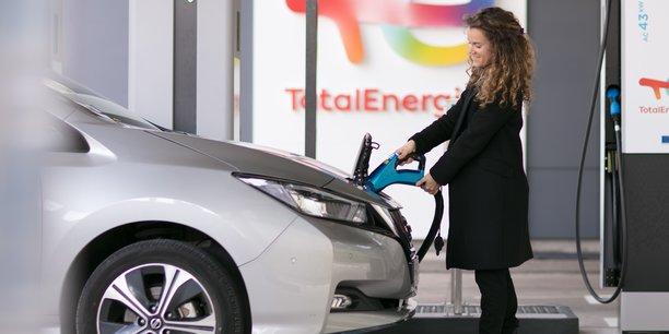 Contraint de se transforme à marche forcée, TotalEnergies veut opérer 75.000 bornes électriques en France sur la voie publique, en entreprises et à domicile, d'ici la fin 2025. La major espère atteindre les 20.000 bornes d'ici la fin de l'année.