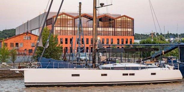 Un yacht monocoque de CNB (groupe Bénéteau) devant le siège de Cdiscount, aux Bassins à flot, à Bordeaux.