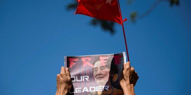 Birmanie: aung san suu kyi reapparait au tribunal apres son absence pour raison de sante[reuters.com]