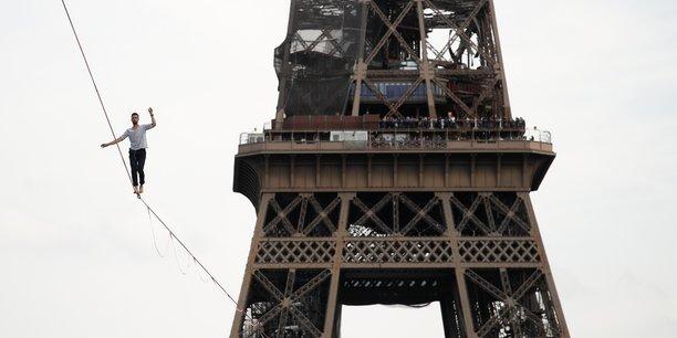 A paris, nathan paulin relie la tour eiffel au theatre de chaillot suspendu a une sangle[reuters.com]