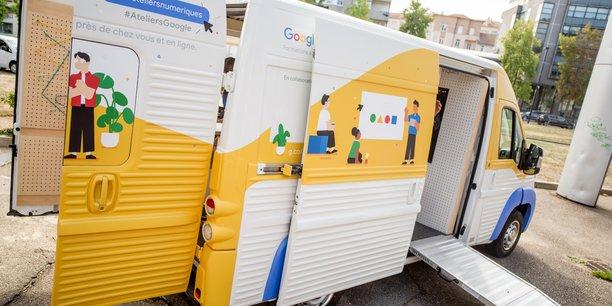 Six salariés sont chargés d'animer l'atelier numérique de Google à Bordeaux et de sillonner la Nouvelle-Aquitaine avec un fourgon dédié.