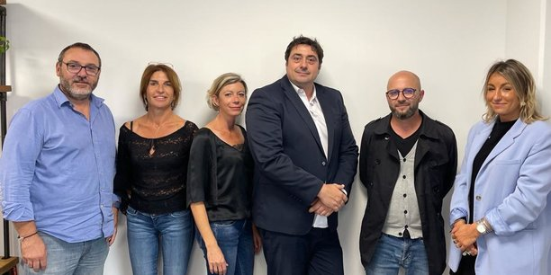 Emanuele Monderna, au centre, entouré d'une partie de l'équipe de Dermoioniq