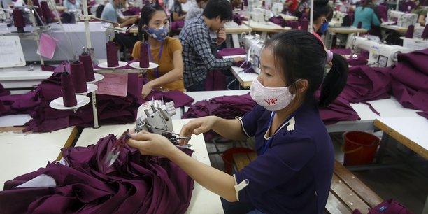 Employés de l'usine de confection dans la ville de Bac Giang dans la province de même nom, près d'Hanoï, travaillant pour des marques comme Nike, Adidas, H&M, Gap, Zara, Armani ou encore Lacoste.