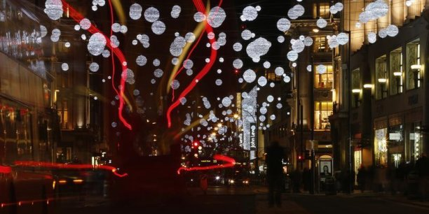Plus d'un mois et demi avant les fêtes de fin d'année, les rues et magasins revêtent leurs habits de Noël, lançant la période de ventes de fin d'année, qui risque d'être moins faste que d'habitude.