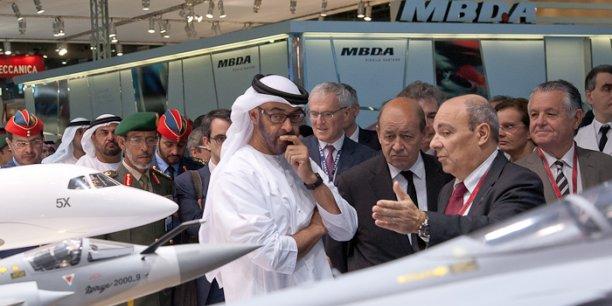 Le prince héritier, Cheikh Mohammed bin Zayed Al Nahyan avec le ministre de la Défense, Jean-Yves Le Drian et le PDG de Dassault Aviation, Eric Trappier. En arrière plan, le PDG de Thales, Jean-Bernard Lévy.