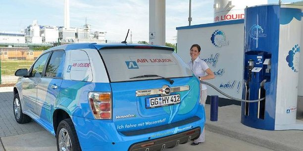 Le véhicule à hydrogène est équipé de batteries, mais beaucoup moins qu'une voiture électrique classique.