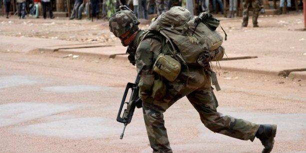 Le Fusil d'assaut FAMAS équipe l'armée française depuis 1979. A l'horizon 2017, il sera remplacé par une nouvelle arme.
