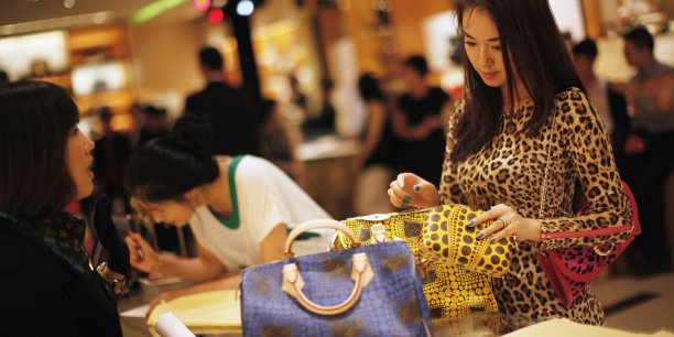 En 2014, le chiffre d'affaires du luxe a atteint les 224 milliards d'euros, soit une progression de 3% sur un an (4% hors variations de taux de change). Si le marché mondial du luxe poursuivra sa croissance en 2015, les marques devront s'adapter aux fluctuations monétaires.