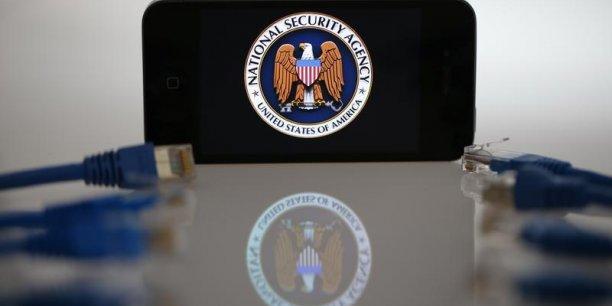 Un rapport cité par le quotidien note ainsi que toute mise à jour du système d'exploitation Androïd envoie sur le réseau 500 lignes de données sur l'historique du smartphone et son utilisation, des données captées par les agences de renseignement