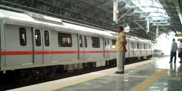 Inauguré en 2002, le métro de Delhi permet d'alléger les rues de la capitale de près de 117.250 véhicules chaque jour. / Wikipédia
