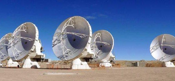 Sur les hauteurs andines, 66 antennes géantes et très technologiques de l'observatoire international d'Alma (Atacama Large Millimeter/submillimeter Array) traquent en meute la naissance d'une étoile et d'une galaxie dans l'univers froid, telles qu'elles étaient il y a plus de 10 milliards d'années / DR