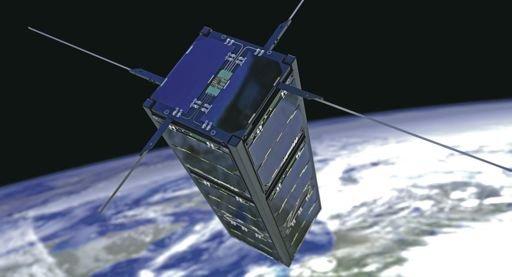 Un assemblage de trois CubeSat, avec panneaux solaires déployables en orbite./ DR