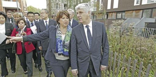 La maire de Lille, Martine Aubry, et le ministre de l'Écologie, Philippe Martin, font visiter le quartier Euratechnologies à Li Hongzhong, secrétaire du Comité du parti de la province chinoise du Hubei, le 25 octobre 2013./ DR