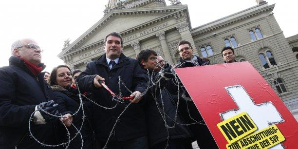Devant le Parlement fédéral, à Berne, une manisfestation en faveur du non