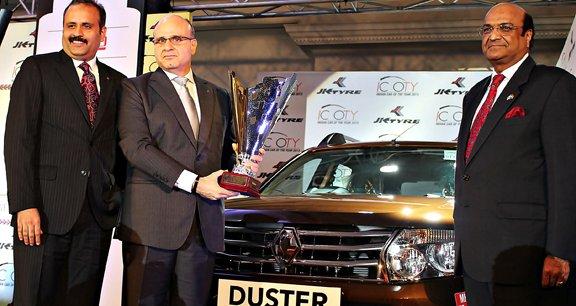 Marc Nassif (au centre), PDG  de Renault India jusqu'à fin janvier, reçoit une récompense pour le Duster indien.
