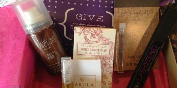 Les coffrets de BirchBox, leader mondial, contiennent cinq ou six produits de soin et maquillage (échantillons au format voyage) offerts par les grandes marques.