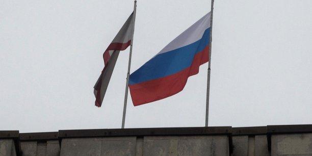 Le drapeau russe a été hissé sur le parlement de la république autonome ukrainienne de Crimée par des sépparatistes russoophones armés. (Photos : Reuters)