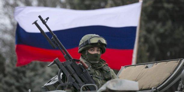 Le message que nous faisons passer aux Russes est que s'ils continuent sur leur trajectoire actuelle, nous examinerons un ensemble de mesures économiques et diplomatiques qui isoleront la Russie, avait prévenu lundi le président américain Barack Obama.