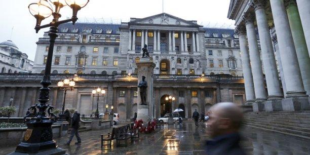 La banque d'Angleterre doit arrêter la consultation publique le 12 mai prochain et donner sa décision l'été prochain sur le matériau qu'elle va utiliser pour les futurs billets de banque.