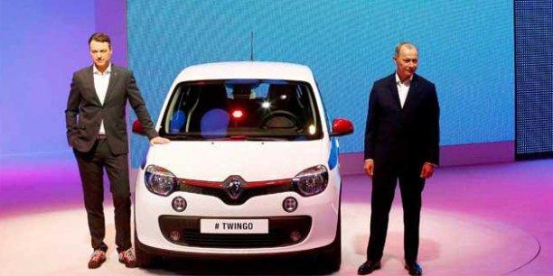 Laurens Van Der Acker,  le directeur du style de Renault et Thierry Bolloré, le directeur délégué à la compétitivité, présentent la nouvelle Renault Twingo. /Reuters.