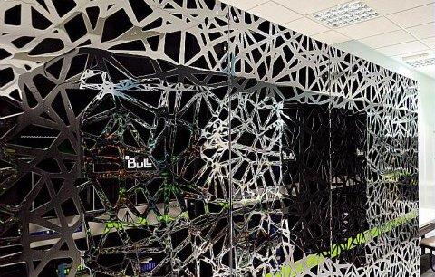 Dotés de près de 4.000 processeurs répartis dans 25 armoires de calcul ces supercalculateurs ressemblent à des œuvres abstraites © Météo France /Jean-Marc Destruel