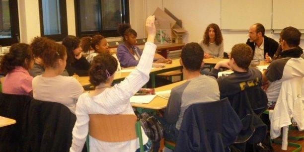 Des collégiens attentifs devant l'intervention d'une entrepreneure
