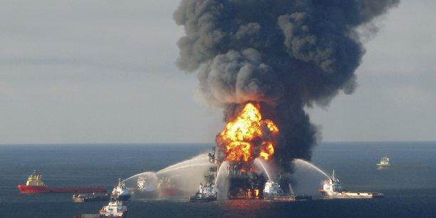 Une plateforme pétrolière BP en feu