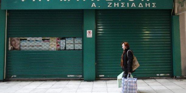 La BCE, le FMI et Bruxelles invitent la Grèce à assouplir la règlementation en vigueur pour les pharmacies. Les Grecs craignent la fermeture de dizaines de milliers d'officines, avec, à la clef, de nombreux emplois supprimés.