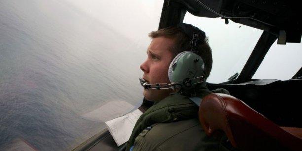 Nous n'avons pas encore trouvé l'avion, a-t-il insisté. En outre, il faudra être patient. Plusieurs jours pourraient être nécessaires pour confirmer que ces détections proviennent du (vol) MH370. En mer, à de grandes profondeurs, rien ne se passe rapidement, a expliqué Angus Houston, patron du centre de coordination des recherches basé à Perth (ouest de l'Australie)