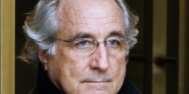 Photo d'archive de Bernard Madoff, en 2009, à sa sortie du tribunal fédéral de New York. Il est incarcéré depuis 2009, après avoir été condamné à 150 ans de prison pour une escroquerie de plus de 50 milliards de dollars.