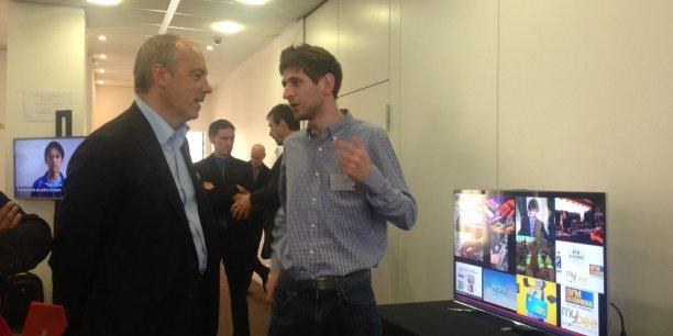 Stéphane Richard, le PDG d'Orange, avec l'un des fondateurs de MyBee, l'une des sept startups sélectionnées par le programme Orange Fab, lancé en France en février.
