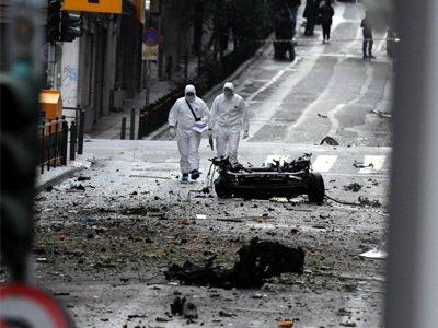 L'explosion a eu lieu à quelques pas d'un bureau de la troïka et n'a fait aucune victime. Les autorités avaient été mises au courant une heure avant. (Photo : Zougla)