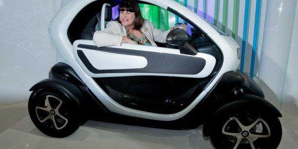 Máire Geoghegan-Quinn en Renault Twizzy électrique. | REUTERS