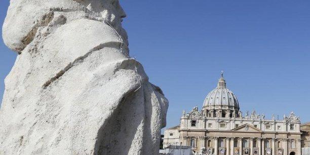 Nous avons découvert que la situation (financière du Vatican) était bien plus saine que ce qu'il semblait. Parce que quelques centaines de millions d'euros étaient cachés dans divers comptes sectoriels et n'apparaissaient pas dans les bilans, explique George Pell, secrétaire à l'Economie