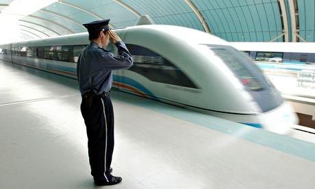 ici, un train quittant Shangai. Le Chine-Russie plus Amérique roulerait à une vitesse moyenne de 350 kilomètres par heure. Le voyage durerait deux jours. (Photo: Reuters)