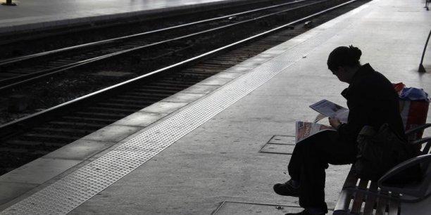 La direction de la SNCF parle d'amélioration, mais le traffic est encore très perturbé, alors que les syndicats doivent à nouveau être reçus ce matin par le ministre des transports, Frédéric Cuvilier. (Photo : Reuters)