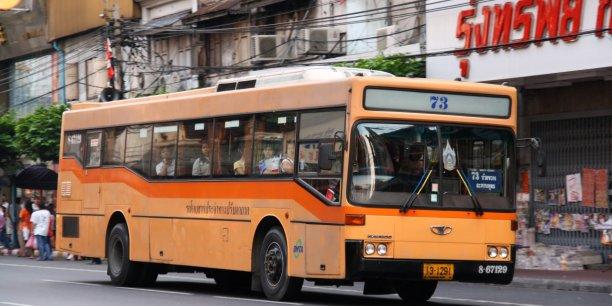 Les candidats ne se pressent pas pour devenir contrôleur de bus, avec une embauche au salaire minimum, soit 300 bahts par jour (moins de sept euros).