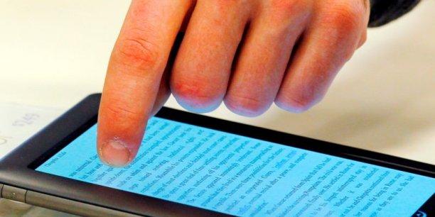 Les auteurs se disent victimes de la bataille entre Hachette et le géant du commerce en ligne qui veut unilatéralement baisser les prix des e-books.
